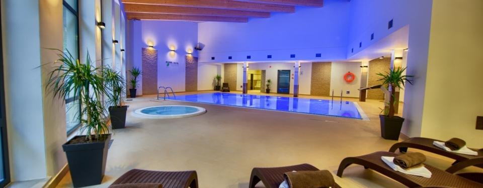 duzy basen i jacuzzi wewnątrz hotelu